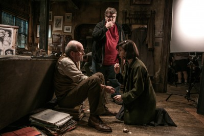 THE SHAPE OF WATER Richard Jenkins, director Guillermo del Toro and Sally Hawkins on set